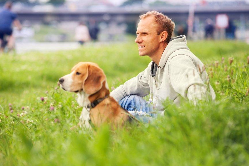Photo d'un homme et son chien